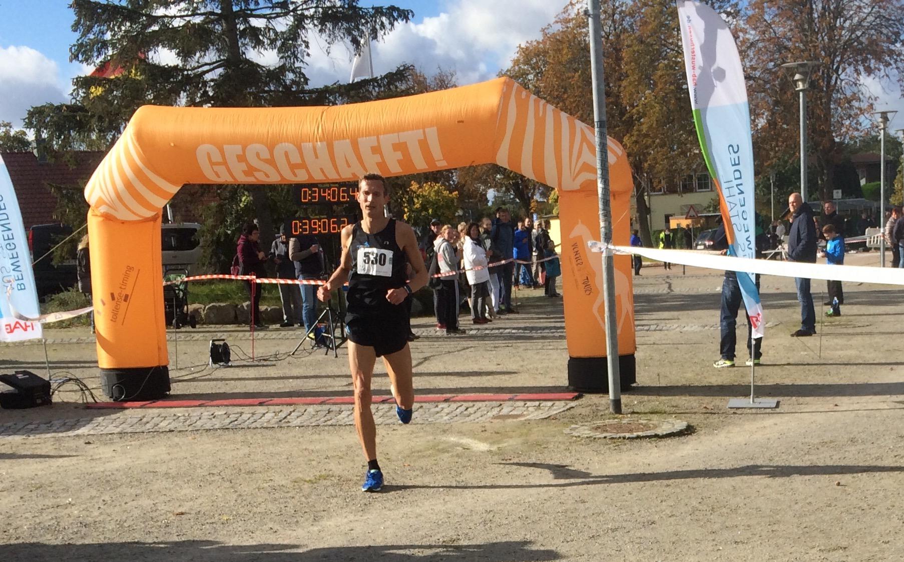 Matthias Weippert vom TC FIKO Rostock als 'geschlagener' Ziel-Sieger der 10 Km LM 2017 Lubmin